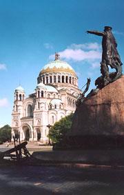 Морской собор и памятник адмиралу С.О. Макарову